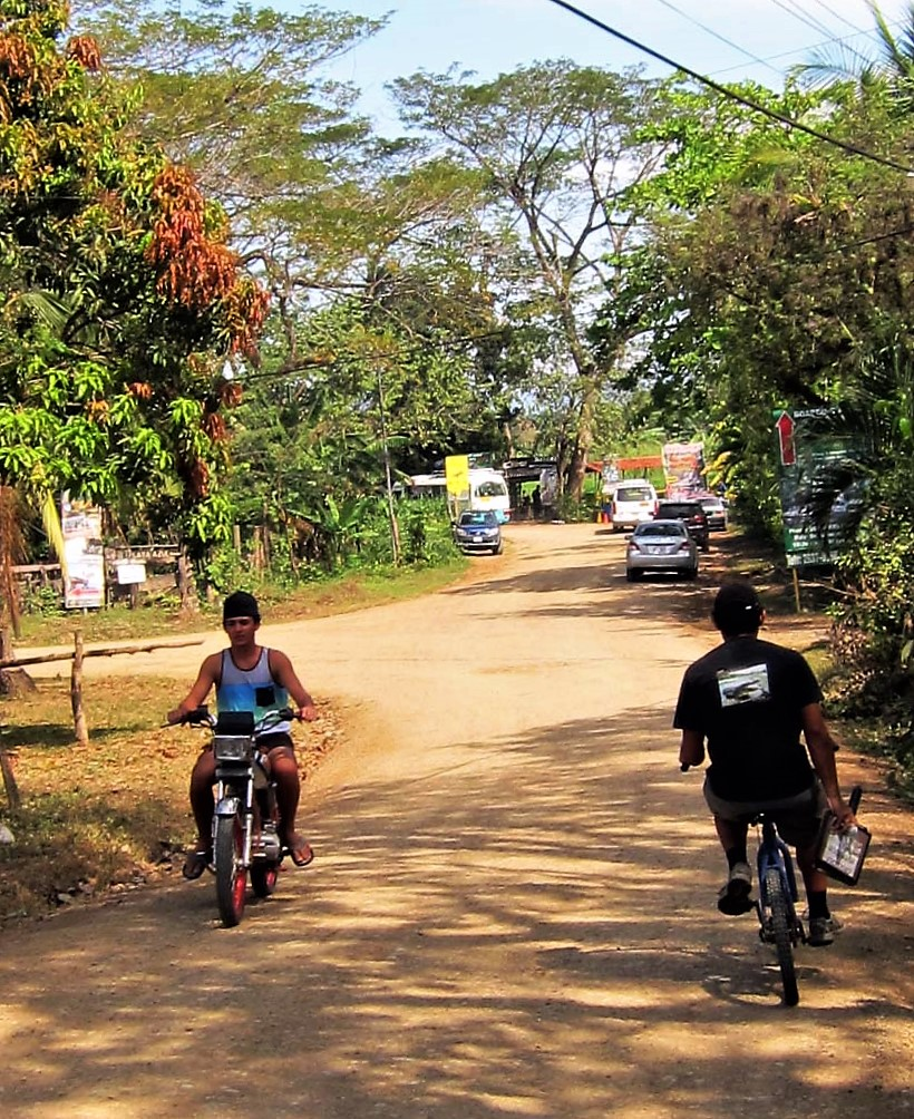 Cyclists on the road to Puerte Peje, Costa Rica